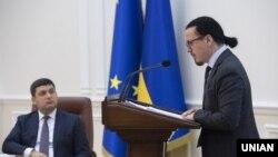 Войцех Бальчун доповідає у присутності голови уряду Володимира Гройсмана
