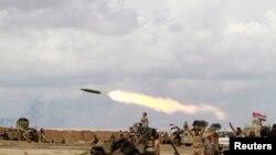 """Ирак әскері мен шиит жасақтары """"Ислам мемлекеті"""" ұйымы содырларынан Тикрит қаласын қайтарып алу операциясы кезінде. Ирак, Салахуддин провинциясы, 4 наурыз 2015 жыл."""