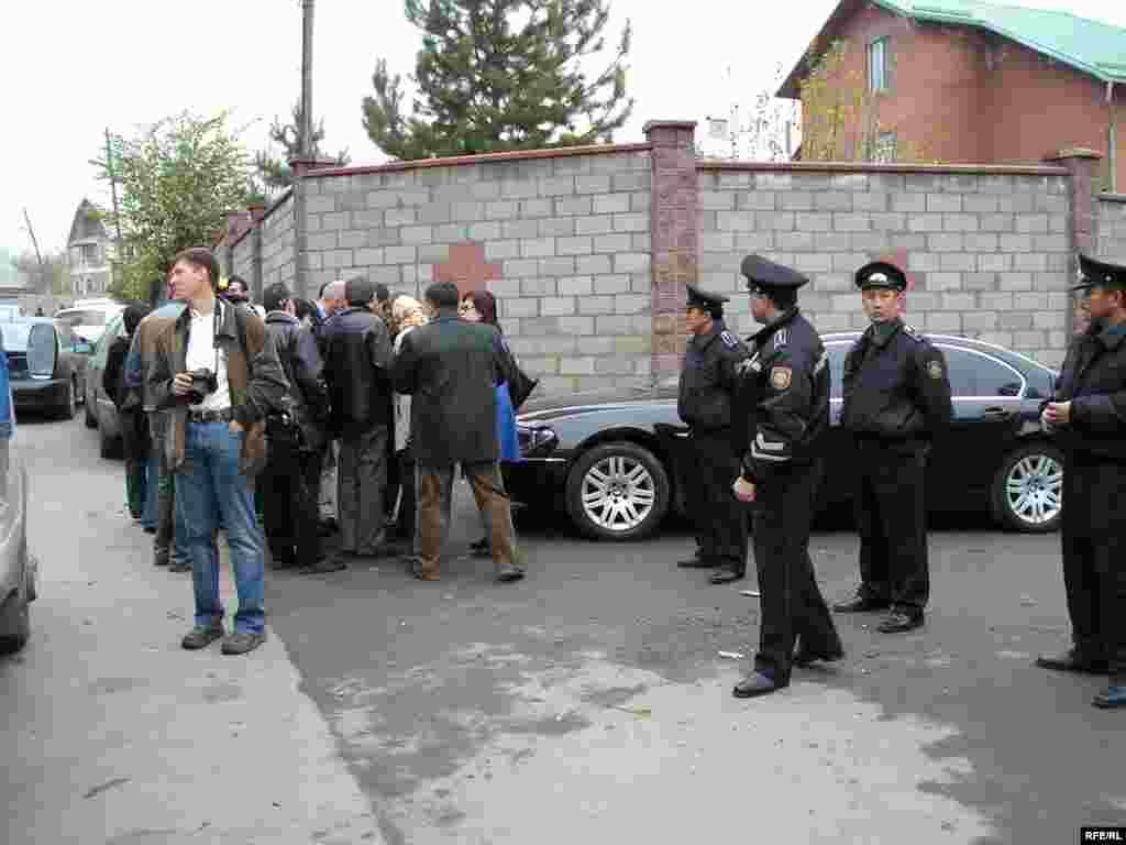 Заманбек Нуркадилов погиб в собственном доме от трех выстрелов вечером 12 ноября 2005 года.