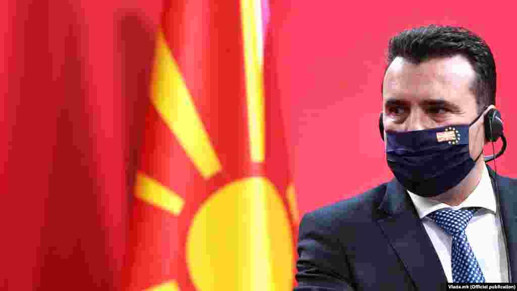 МАКЕДОНИЈА - Ветото на Бугарија за отворање на пристапните преговори на Северна Македонија со ЕУ е неодговорна и тешка геостратешка грешка. Остануваме посветени за решение убедени дека е можно без оспорување на македонскиот идентитет, истакнува меѓу другото премиерот Зоран Заев во обраќањето до граѓаните. Тој рече дека со ветото Бугарија го прекршила Договорот за добрососедство и оти соседната земја не собра сила да се однесува европски.