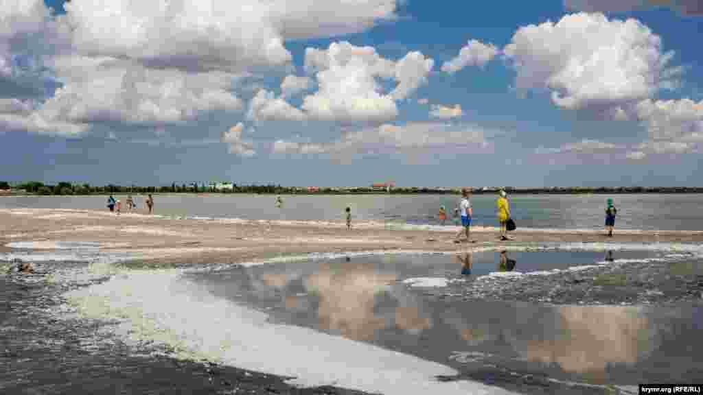 Курортники на пінистому березі Мойнакського озера