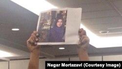 اعتراض در جریان سخنرانی روحانی در نیویورک به حبس غنچه قوامی، شهروند ايرانی-بريتانيايی که به خاطر درخواست برای آزادی ورود زنان به ورزشگاهها دستگیر شدهاست.