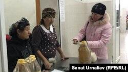 У пункта продажи удешевлённого масла и риса на коммунальном рынке в Уральске. 6 ноября 2015 года.