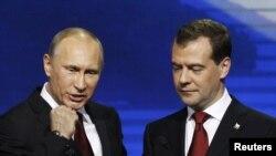 Rusiya baş naziri Vladimir Putin və prezident Dmitri Medvedev