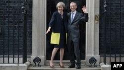 Новый премьер-министр Великобритании Тереза Мэй с супругом у резиденции главы правительства на Даунинг-стрит, Лондон, 13 июля 2016 год.