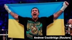 Олександр Усик виступає й перемагає під українським прапором, але говорить про дружбу з Росією в час війни