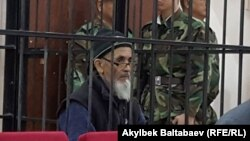 Азимжан Аскров за решеткой в зале Чуйского областного суда.