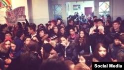 Сначала школьники протестовали внутри здания, затем на пришкольной территории