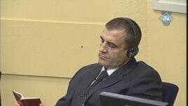 Milan Lukić čita Bibliju tokom izicanja presude