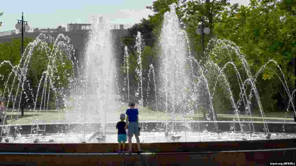 В севастопольском Парке Победы после реконструкции появились 15 фонтанов. Работают однако далеко не все
