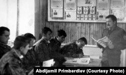 Улук лейтенант Примбердиев Мургабдагы орус чек арачыларынын окуу борборунда сабак берип жаткан учуру, 1996-жыл.
