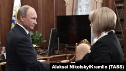 Президент России Владимир Путин во время встречи с председателем ЦИК Эллой Памфиловой. Москва, 9 октября 2017 года.