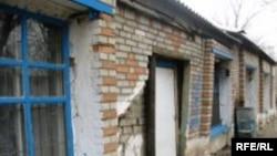 Кәмелетке толмағандарды уақытша оқшаулау орталығының жартылай құлаған ғимараты. Орал, сәуір, 2009 жыл.