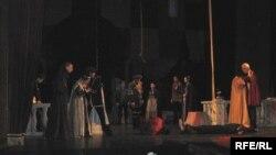 Начинается спектакль прологом монаха Лоренцо «Благими намерениями вымощена дорога в ад»