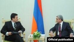 Президент Армении Серж Саргсян (справа) принимает нового главу миссии ЕС в Армении Траяна Христеа, Ереван, 21 декабря 2011 г.
