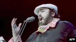 پاواروتی در حال اجرای کنسرت در میامی؛ ۲۲ ژانویه ۱۹۹۵