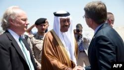اشتون کارتر، وزیر دفاع آمریکا در دیدار با وزیر دفاع عربستان (عکس ارشیو)