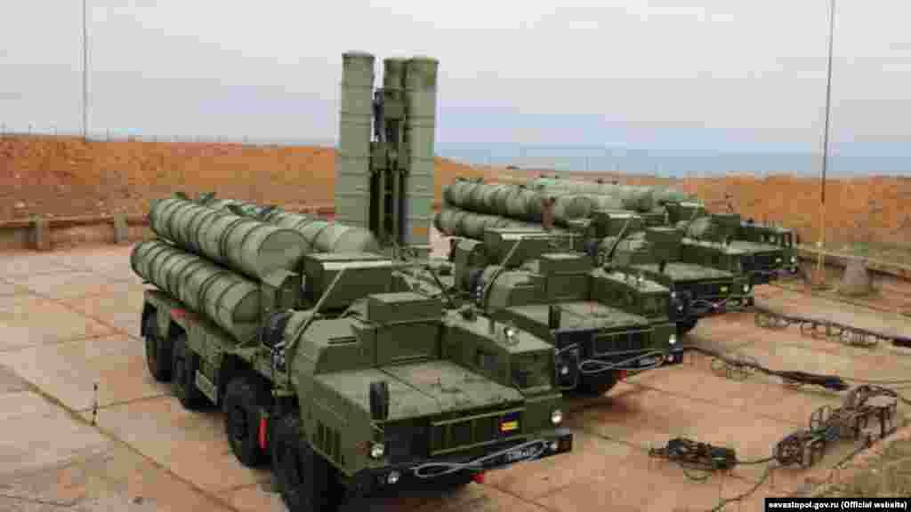 В Севастополе на боевое дежурство заступили ЗРК С-400 «Триумф»