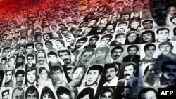 1980-ci ildə çevrilişdən sonra işgəncə verilənlərin portretləri Ankara məhkəməsinin qabağnda