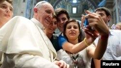 Бер төркем яшьләр үзләрен Рим папасы белән selfie итә