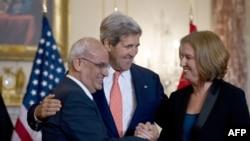 Sekretari amerikan i shtetit, John Kerry (në mes) së bashku me negociatorët izraelit dhe palestinez, Tzipi Livni dhe Saeb Erekat në Washington