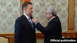 Президент Армении Серж Саргсян вручает медаль председателю российской госкомпании «Газпром» Алексею Миллеру. Ереван, 16 апреля 2015 г.