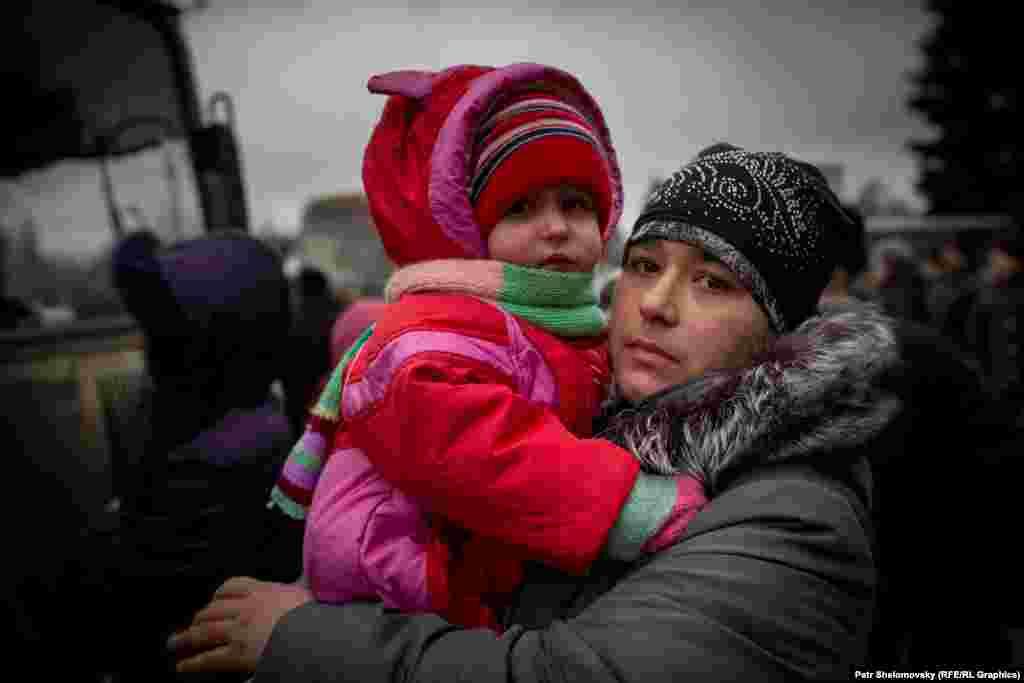 Катерина з дитиною очікують на евакуацію