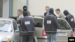 Подозрения в политических мотивах арестов высоких чиновников вызвали раскол в польском обществе