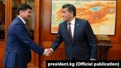 Президент Сооронбай Жээнбеков (справа) и премьер-министр Мухаммедкалый Абылгазиев. 6 августа 2018 года.