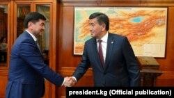 Экс-премьер-министр Мухаммедкалый Абылгазиев и президент Сооронбай Жээнбеков. 2018 год.
