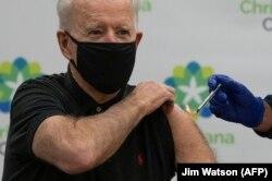 Президент Байден получает вторую дозу вакцины от COVID-19 производства Pfizer-BioNTech