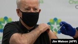 Joe Biden megkapja a Pfizer-BioNTech Covid-19 oltás második adagját, Delaware államban, 2021. január 11-én.