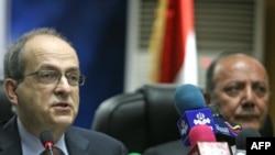 Iraqi electoral commission head Faraq al-Haidari (right) with UN special representative to Iraq Ad Melkert in Baghdad on November 11