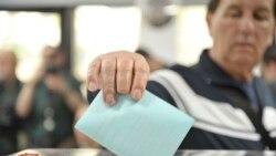 Građani na glasačkom mestu u Novom Sadu