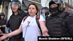"""Участница """"массовых беспорядков"""" в задержана блюстителями порядка на одной из недавних акций в Москве."""