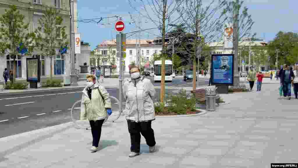 Несмотря на обязательный для всех масочный режим, средства защиты преимущественно можно увидеть на пенсионерах