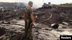 Вооруженный пророссийский сепаратист на месте крушения самолета Boeing 777. Донецкая область, 17 июля 2014 года.