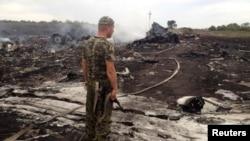 Апат орнында тұрған ресейшіл сепаратист. Украина, Донецк облысы, Грабово кентінің маңы, 17 шілде 2014 жыл.
