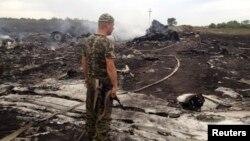 Бойовик угруповання «ДНР» біля уламків пасажирського авіалайнера