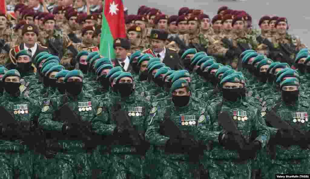 Турските воени сили заедно со азербејџанските трупи на плоштадот Азадлик (Слобода) во центарот на Баку.