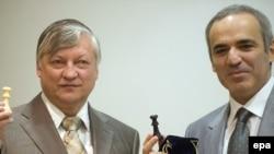 12-й и 13-й чемпионы мира по шахматам Анатолий Карпов и Гарри Каспаров