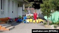 Дети и воспитатель в детском саду в Туркменистане