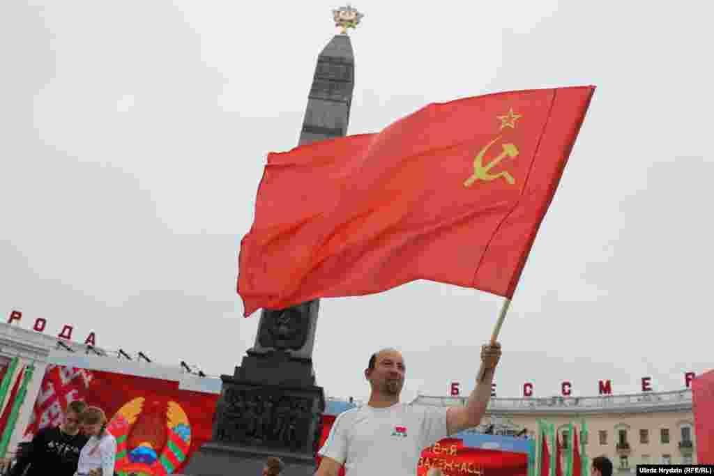Нехта прыйшоў на сьвяткаваньне са сьцягам СССР