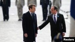Франциянын кызматтан кетип жаткан президенти Франсуа Олланд (оңдо) жана жаңы шайланган президент Эммануэл Макрон, Париж, 8-май.