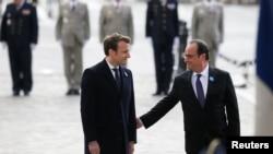 Эммануэл Макрон менен Франсуа Олланд.