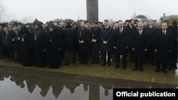 Руководство Армении и Нагорного Карабаха,а также представители армянского духовенства в военном пантеоне «Ераблур», Ереван, 28 января 2014 г.