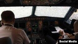 Український льотчик Олександр Акопов у кабіні літака з потрісканим склом після приземлення в аеропорту Стамбула «Ататюрк», 27 липня 2017 року