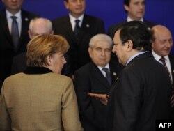 Германиянын канцлери Ангела Меркел(солдо) жана Еврокомиссиянын төрагасы Жозе Мануэжл Барросу Брюсселдеги саммит учурунда пикир алмашууда. 30-январь 2012