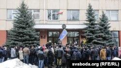 Митинг в поддержку безработного Александра Семенова возле здания суда в Гомеле