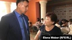Член инициативной группы матерей Алтынай Айсанова задает вопросы заместителю руководителя отдела жилищных отношений города Караганды Асету Алдабергенову. 23 июля 2019 года.